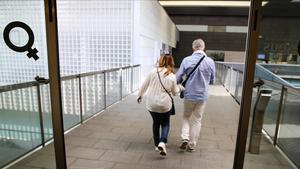 Una pareja prodecente de Italia entra en una clínica de reproducción asistida de Barcelona.