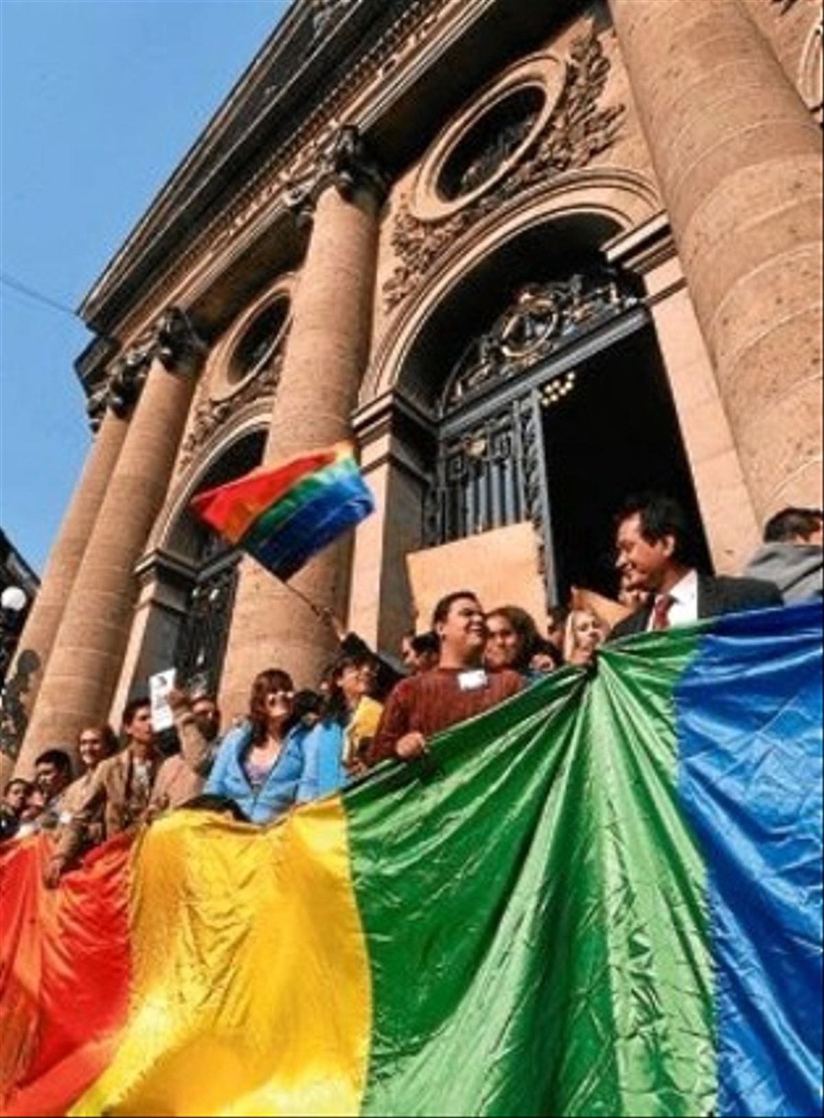 Membres del col·lectiu gai celebren la victòria a la capital de Mèxic.