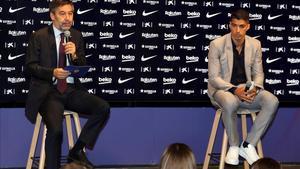 Luis Suárez, junto a Bartomeu, en el acto de despedida del club