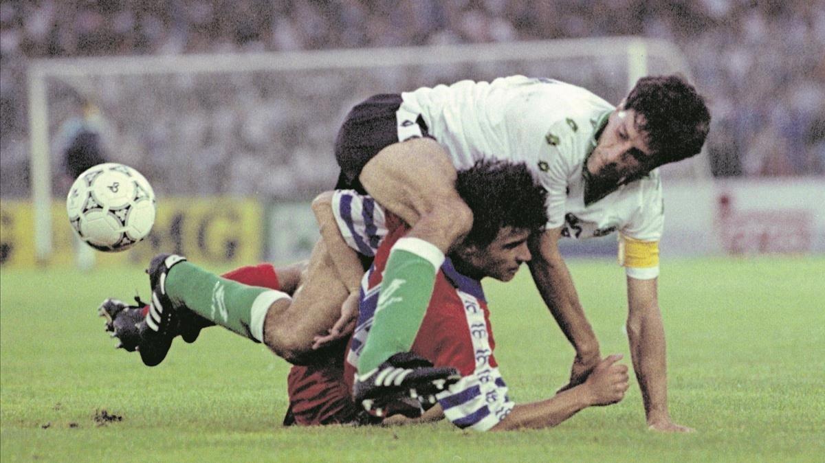 Quique Setién, capitán del Racing, cae sobre Lardín en el partido que supuso el descenso del Espanyol el 29 de junio de 1993.