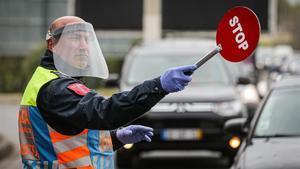 Un agente ordena el tráfico en Lisboa.