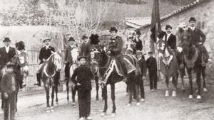 La 'colla' Unió Graciencia y los Mossos d'Esquadra, junto a la ermita de Sant Medir en 1901.