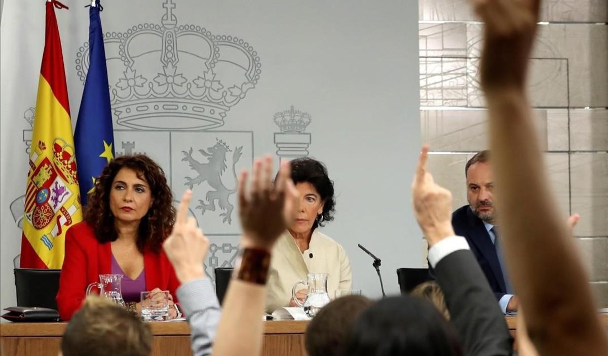 María Jesús Montero, Isabel Celaá y José Luis Ábalos, en la rueda de prensa posterior al Consejo de Ministros.