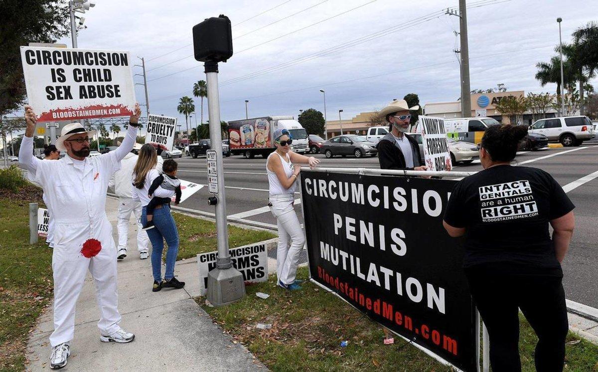 Los activistas portaban letreros que dicen Toca la bocina si amas tu prepucio o los genitales no deberían tener cicatrices.