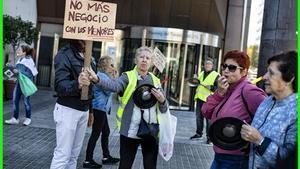 Protesta de vecinos del Besòs a las puertas de la Conselleria de Afers Socials.