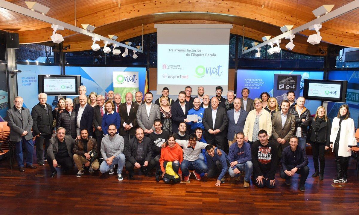 Sergi Mingote (de azul, centro) junto al secretari general de l'Esport, Gerard Figueras, y el resto de representantes yasistentes a la presentación de los Premis Inclusius de l'Esport Català