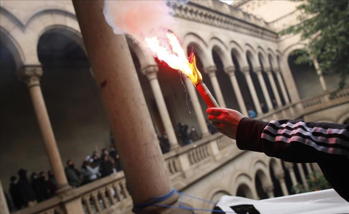 Acción de los manifestantes del SEPC en el interior del edificio histórico de la UB en Barcelona contra el encarcelamiento del rapero Pablo Hasél.