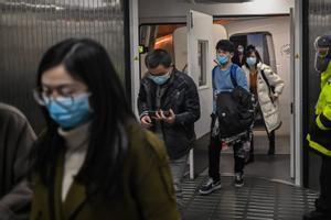 Pasajeros con mascarilla a su llegada al aeropuerto de Wuhan.
