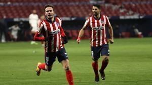 Saúl celebra su gol junto a Suárez.