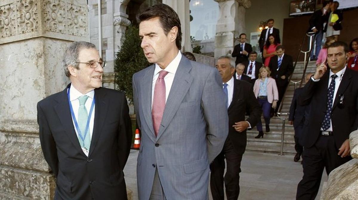 Soria (derecha) conversa con Alierta, antes de inaugurar el 28º Encuentro de Telecomunicaciones y Economía Digital, en Santander.