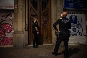 Detenidas doce personas por violencia machista en Catalunya en Nochevieja, el doble que en 2019. Así lo explica el 'conseller' de Interior, Miquel Sàmper. En la foto, unos agentes acuden a un domicilio en Barcelona.