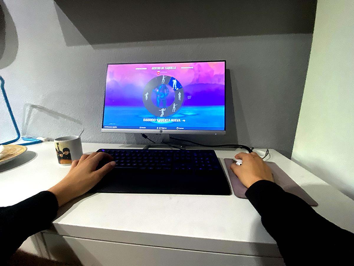 Un adolescente juega a Fortnite en el cuarto de su casa.