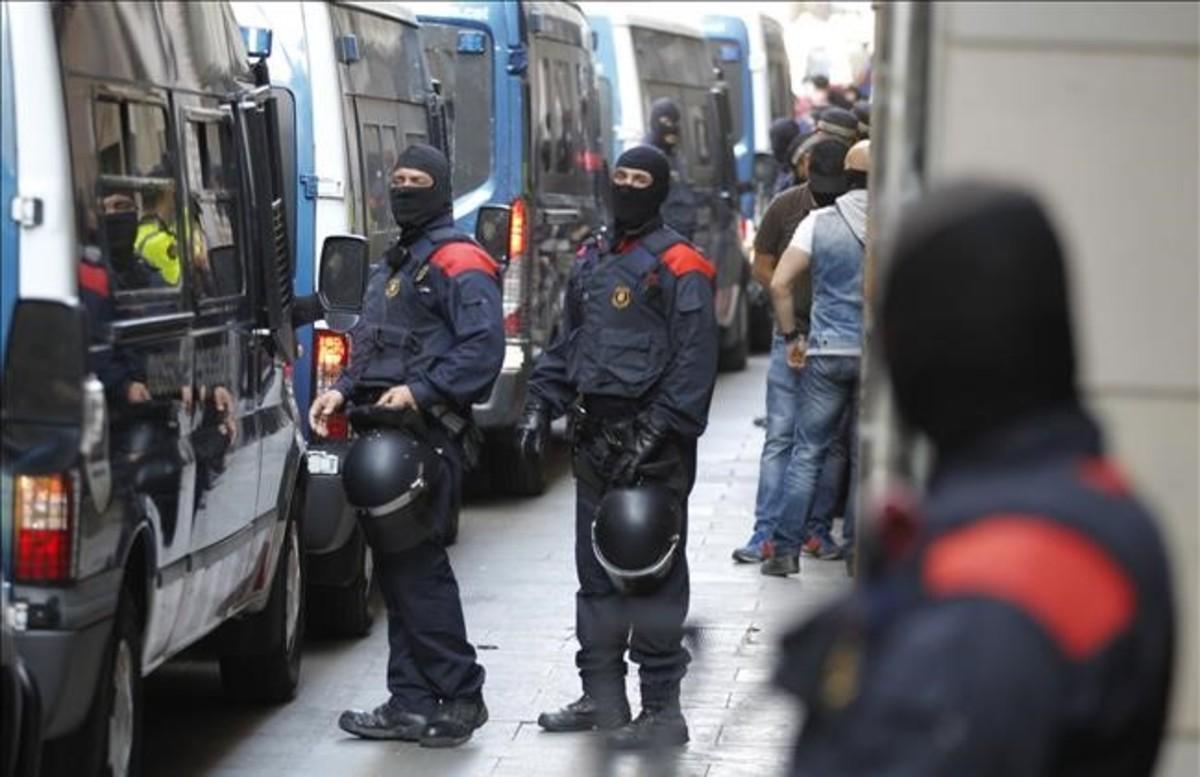 Redada de los Mossos contra el narcotráfico en la calle de la Reina Amàlia de Barcelona, hace dos años.