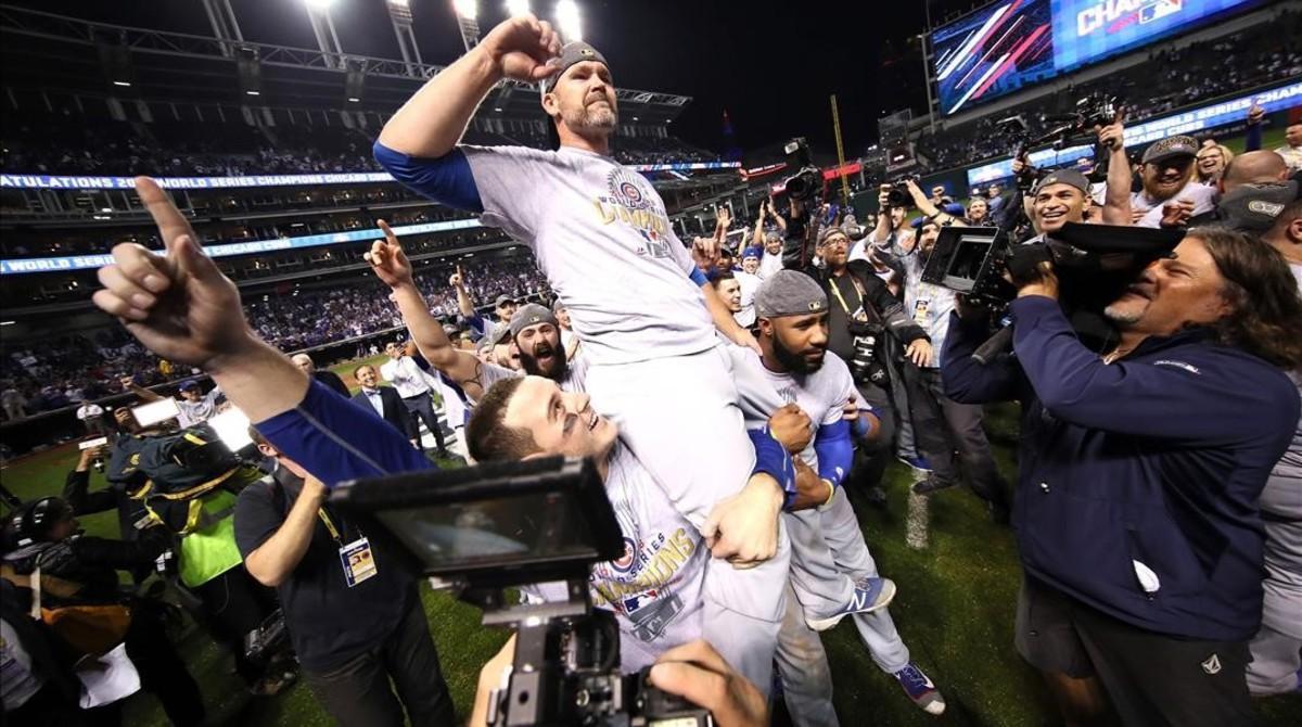Anthony Rizzo (44), David Ross (3) y Jason Heyward (22) celebran la victoria de los Cubs de Chicago en las Series Mundiales de EEUU.