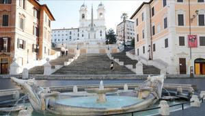 Vista general de la plaza de España de Roma, prácticamente desierta tras los decretos gubernamentales.