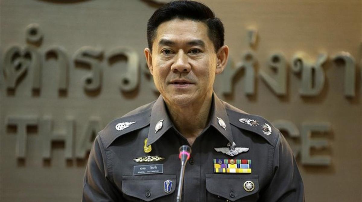 El portavoz de la policía tailandesa, Songpol Wattahachai, durante una rueda de prensa de esta viernes sobre los datos recibidos del Servicio Federal de Seguridad ruso.