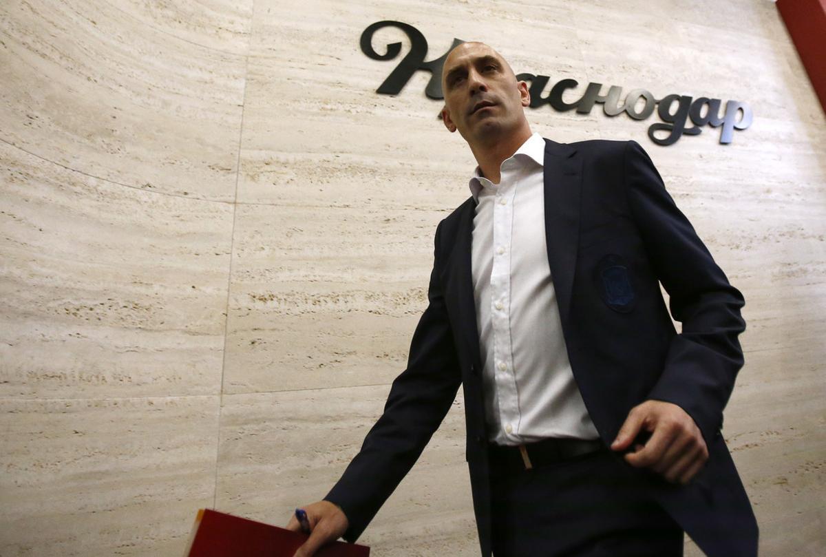 Luis Rubiales se dispone a anunciar la destitución de Lopetegui.