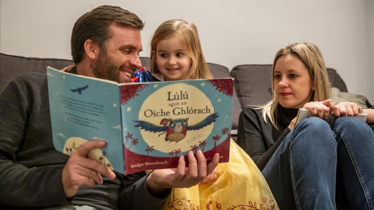 Cathal Ó Cuaig, Roxana Barcewicz y la pequeña Ailbhe.