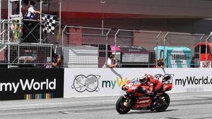 Dovizioso cruza la meta como ganador en el GP de Austria.