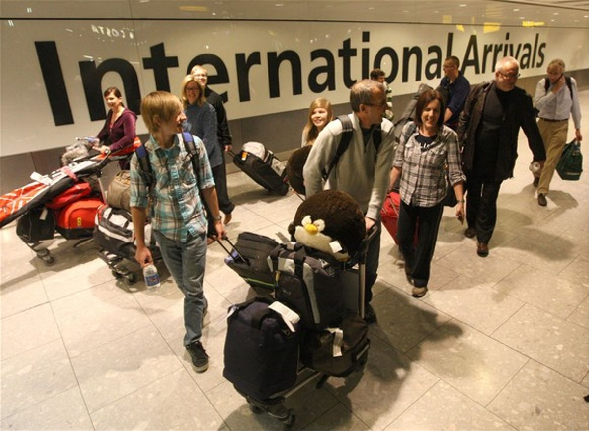 Pasajeros, a su llegada del aeropuerto de Heathrow, en Londres.