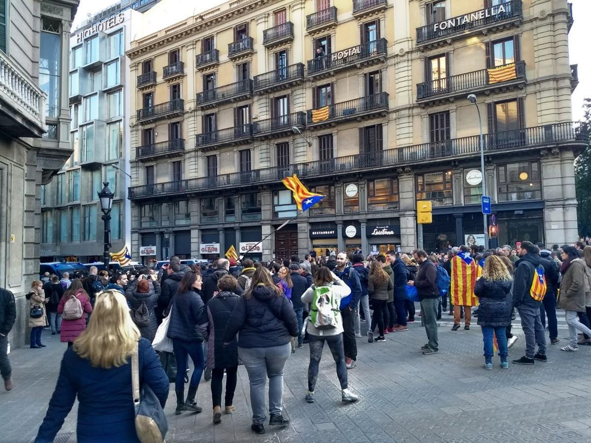 Manifestantes contra la visita del Rey convocados en la plaça Urquinaona.