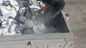 Rescatada en el puerto de Melilla una persona enterrada entre cenizas tóxicas procedentes de la incineradora.