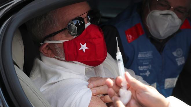 Lula recibe la vacuna anticovid y pide a Bolsonaro escuchar la ciencia