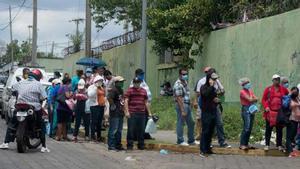 Personas en Nicaragua con mascarillas por el coronavirus.