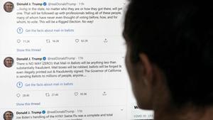 Una persona mira tuits del presidente de EEUU Donald Trump, el pasado 26 de mayo.