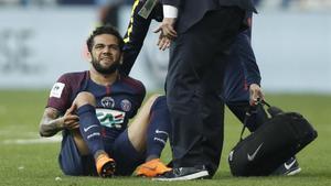 Dani Alves, después de lesionarse.