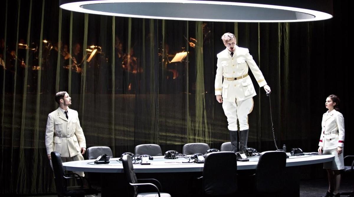Alexander Kiechle (El altavoz), Samuel Hasselhorn (El emperador)y Judith Beifuss (El tambor),en 'El emperador de laAtlántida', de Viktor Ullmann,en la Ópera de Lyon.