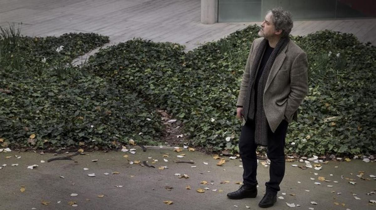 El escritor Manuel Rivas, durante una reciente estancia en Barcelona para presentar su novela 'Los últimos días de Terranova'.