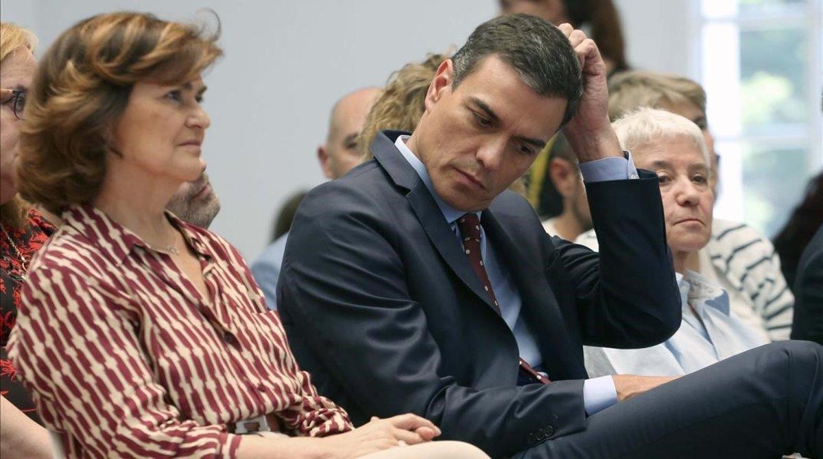 Pedro Sánchez y Carmen Calvo, durante el acto en la Moncloa de celebración de la Semana del Orgullo LGTBI, este miércoles.