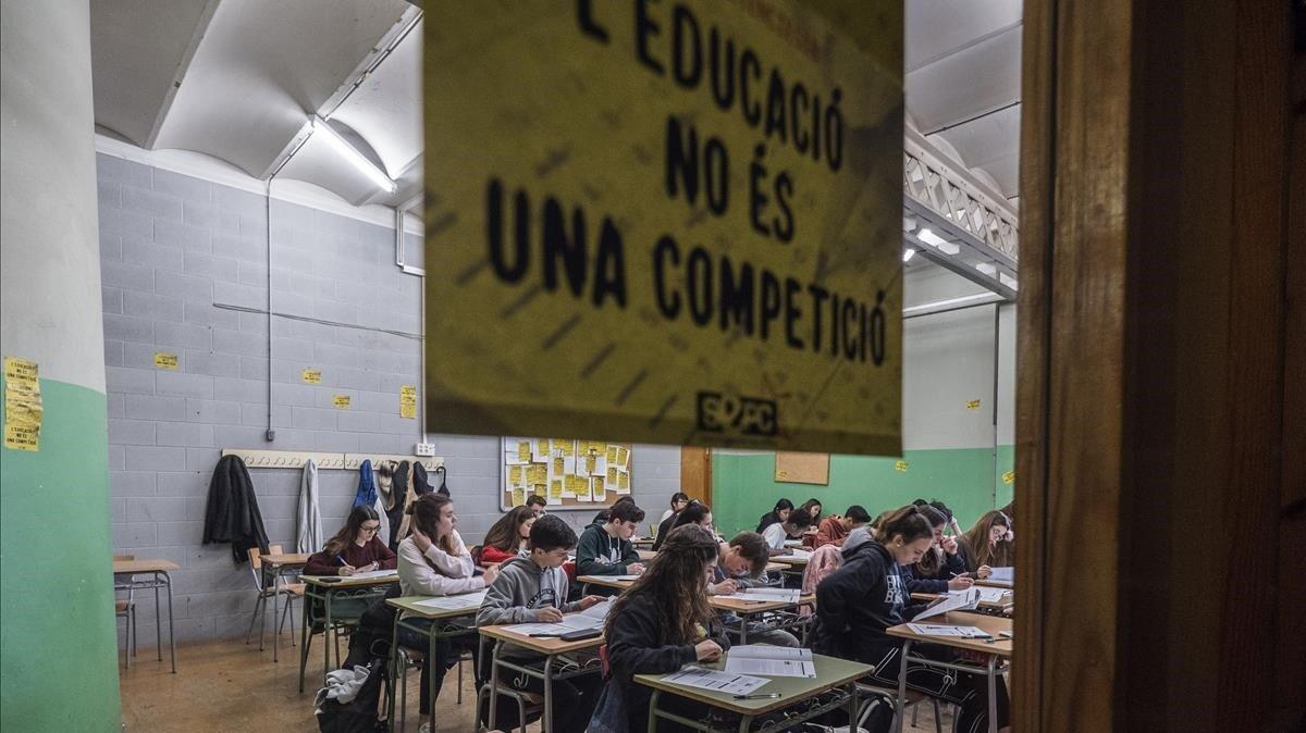 Alumnos de un instituto de Badalona en unas pruebas de competencias básicas de cuarto de ESO.