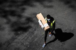 Un repartidor de Amazon en su camino a hacer una entrega en París, en las semanas de confinamiento.