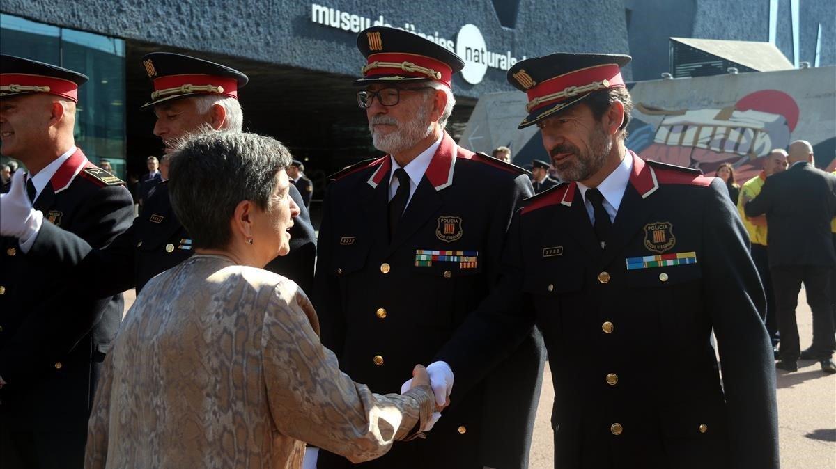La delegada del Gobierno en Catalunya, Teresa Cunillera, saluda al comisario jefe de los Mossos, Ferran López