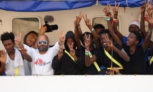 Inmigrantes y miembros de la tripulación del 'Aquarius' celebran su llegada al puerto de La Valeta.