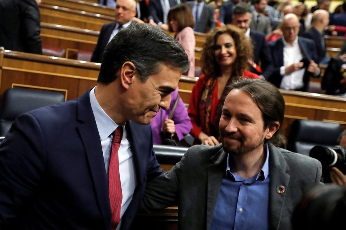 -FOTODELDÍA- GRAF8784 MADRID, 07/01/2020.- Pedro Sánchez, quien logró este martes la confianza del Congreso para un nuevo mandato como presidente del Gobierno, al lograr una estrecha mayoría de 167 votos a favor, 165 en contra y 18 abstenciones, es felicitado por el líder de Unidas Podemos, Pablo Iglesias (d). EFE/Juan Carlos Hidalgo