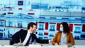 Pablo Casado saluda a Isabel Díaz Ayuso, cuando la presidenta de Madrid se ha sumado a la junta directiva nacional del PP después de haber participado en otra reunión telemática con el Comité Europeo de las Regiones.