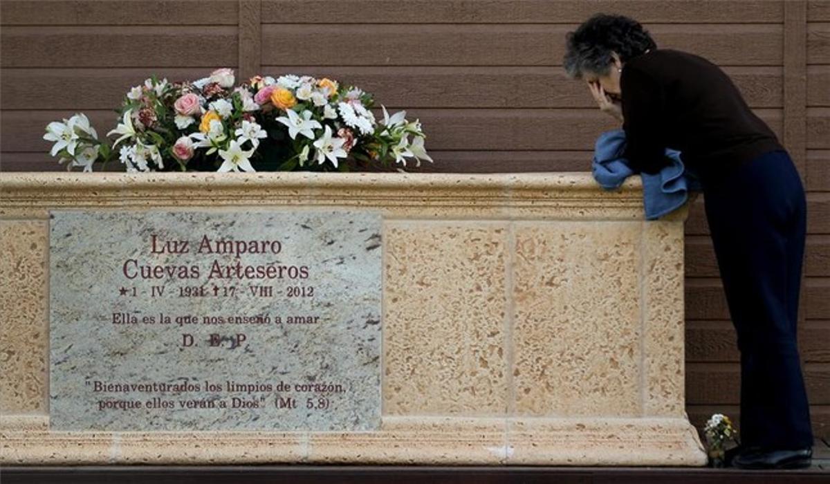 Una devota besa el sarcófago de la vidente de El Escorial, situado cerca de donde supuestamente veía a la Virgen.