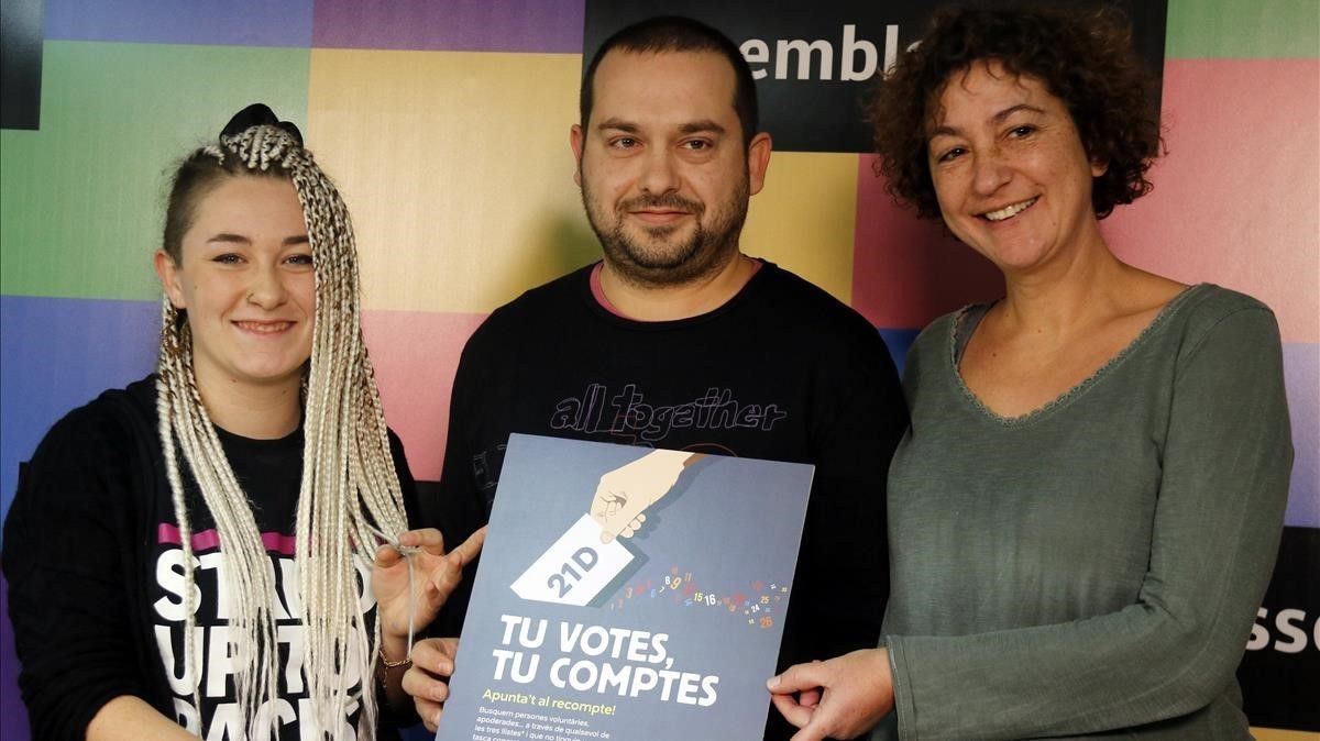 De izquierda a derecha, Maria Morante (CDR), Jordi Pairó (ACN) y Maria Ballester (CUP), en la presentaciónde lacampaña 'Tu votes, tu comptes'.