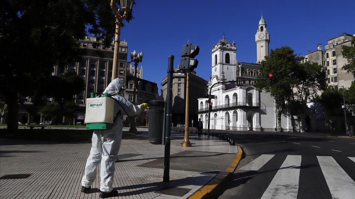 Un trabajador desinfecta la plaza de Mayo de Buenos Aires después de que el presidente argentino, Alberto Fernández, decretara la cuarentena.