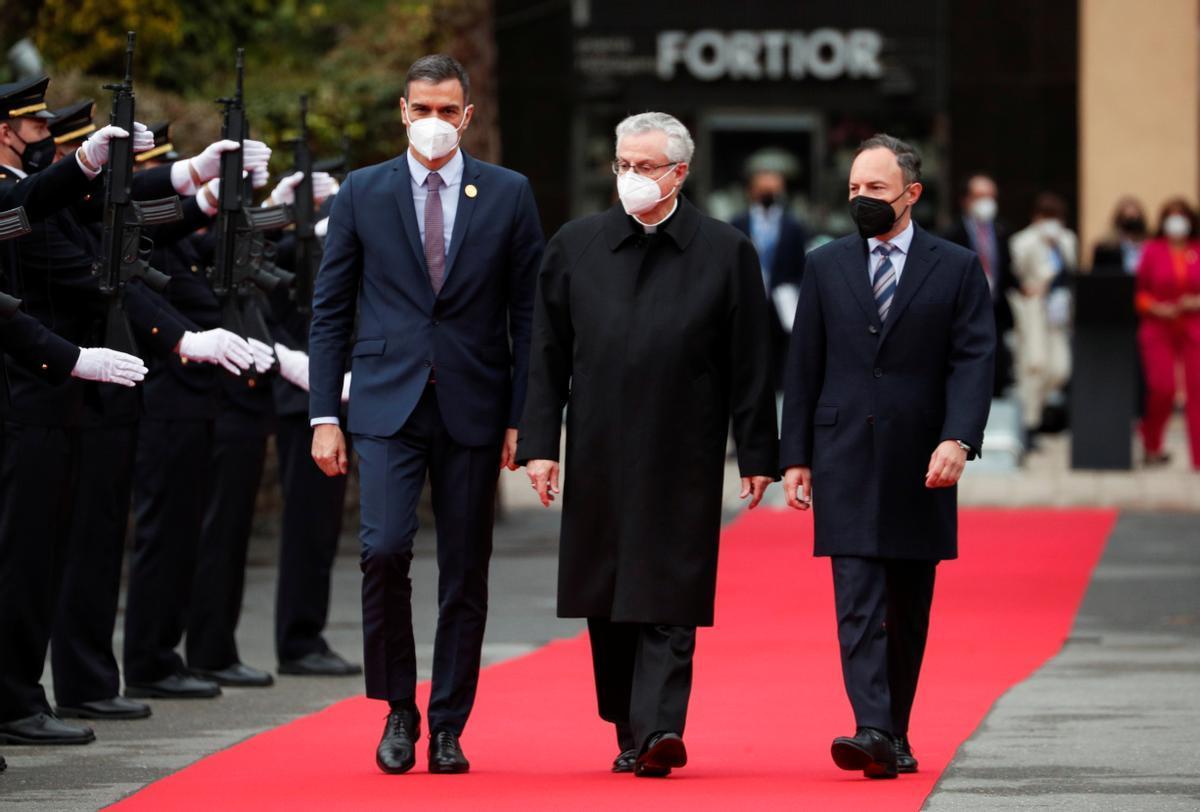 El presidente español, Pedro Sánchez, junto al copríncipe de Andorra y arzobispo de la Seu, Joan-Enric Vives i Sicilia, y el primer ministro andorrano, Xavier Espot, este martes en Andorra la Vella.