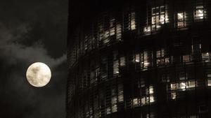 La 'superluna' del pasado 19 de febrero, con la Torre Agbar al lado.