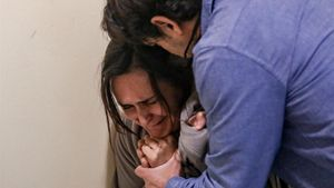 Un hombre levanta la voz y simula un caso de violencia de genero con su pareja durante ejercicio de formación impartido por la Policia Municipal de Madrid que simula un caso de violencia de genero y violencia familiar.