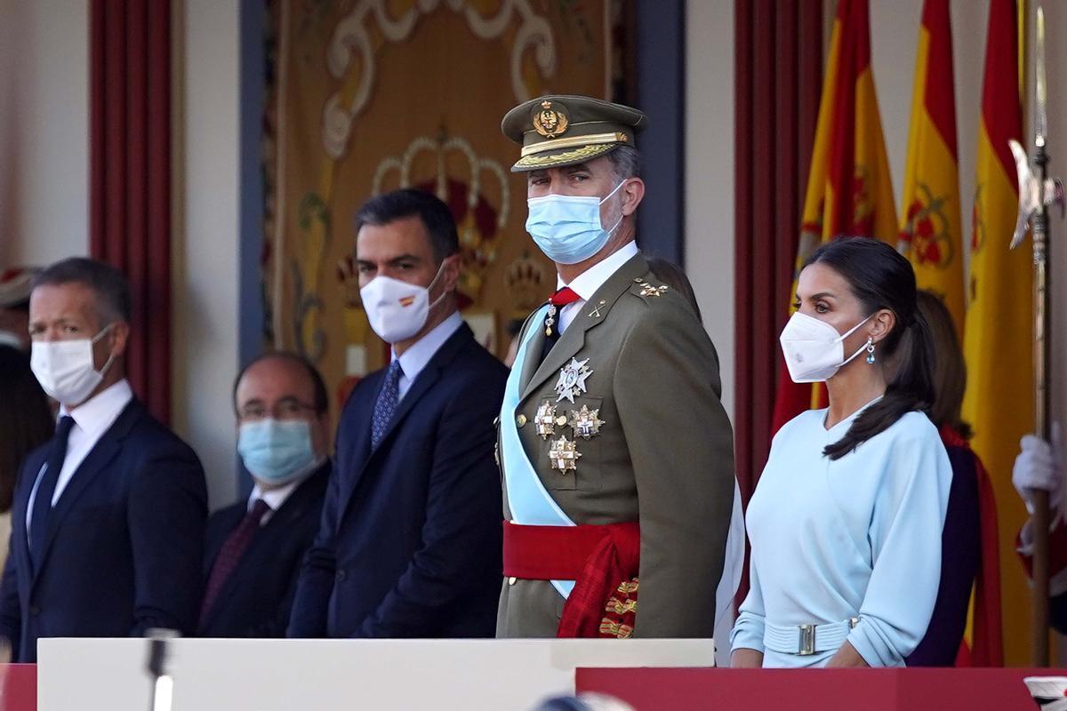 Desfile del 12-O , en la imagen SS.MM los Reyes durante el desfile del 12-O , junto a ellos el presidente del Gobierno Pedro Sanchez
