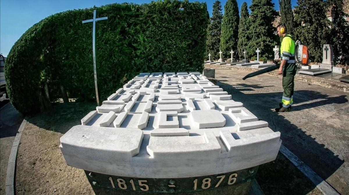 Lápida en la tumba de Ildefons Cerdà en el cementerio de Montjuïc.