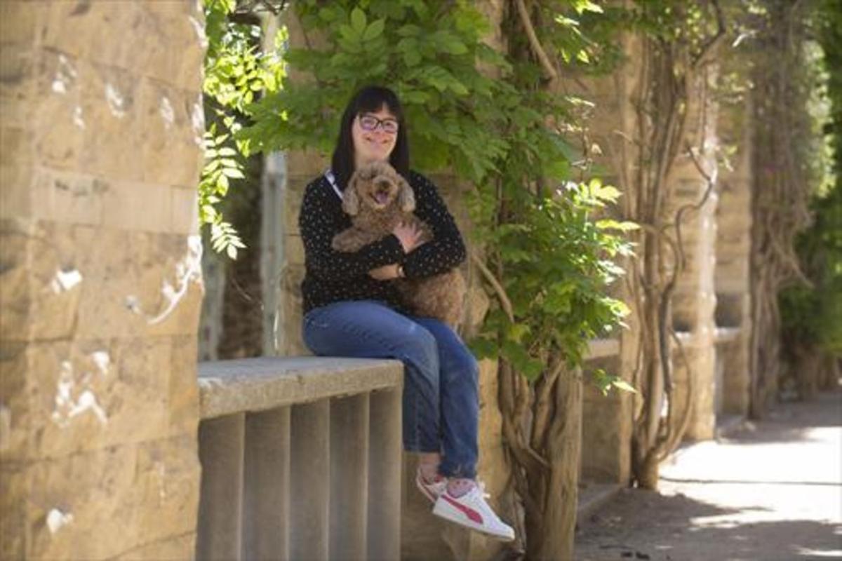 Anna Vives, con su perrita Bella, en el parque de Joan Miró, una zona verde próxima a su casa.