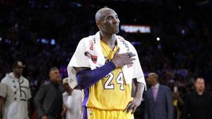 Kobe Bryant se despide del público en su último partido el 13 de abril del 2016 con los Lakers ante Utah Jazz.
