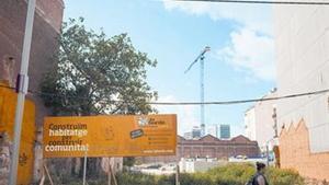 El terreno de las futuras viviendascolaborativas de La Borda, en Can Batlló, en Sants-Montjuïc.